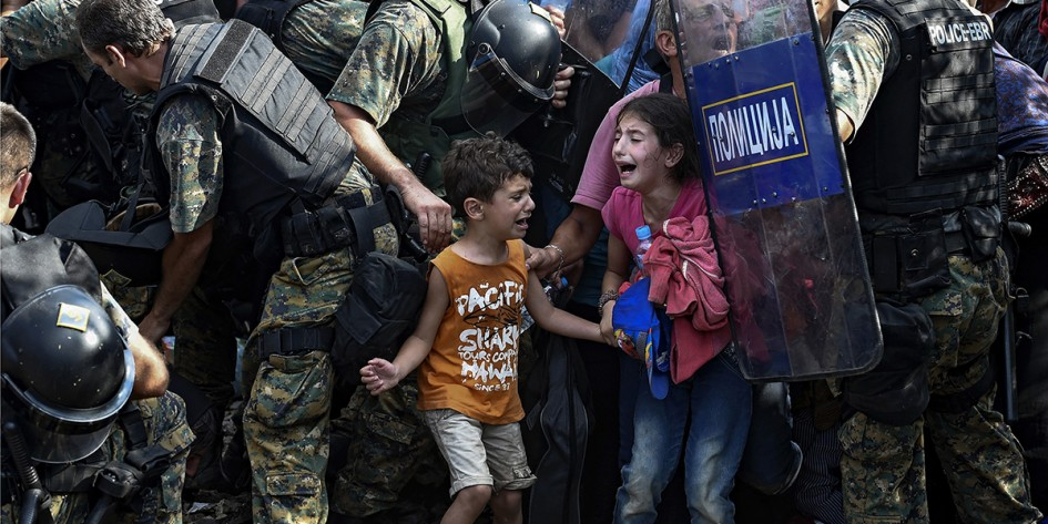 Prema zvanicnim podatcima Makedonske policije , oko 400 000 izbeglica je preslo Grcko - Makedonsku granicu od Juna 2015 do 31 Decembra 2015.Policija je pokusavala da uvede neki red na samom granicnom prelazu ali nekoliko puta se ispostavilo da je zelja izbeglica da stigne u zemljama EU veca od bilo kojih policijskih stitova.Prave bitke su se vodile za mesto u vozu koji je nosio izbeglice iz Gevgelije do Srpske granice. Niko nije hteo da saceka naredni voz, svi su hteli da nadzu mesto odmah i sto pre stigne do svoje obecane zemlje. Krajem godine, u Novembru, Makedonska vlada je donela odluku da ne propusta sve izbeglice. Mogli su da prodzu samo oni koji dolaze is Sirije, Iraka i Avganistana.Ostal su jako tesko primili ovu pdluku.Grupa migranta iz Irana su protestovali zbog toga, neki od njih su zasili svoja usta i gladovali nedelju dana ali ipak nisu dobili dozvolu da predzu granicu.