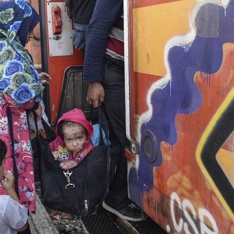 Prema zvanicnim podatcima Makedonske policije , oko 400 000 izbeglica je preslo Grcko - Makedonsku granicu od Juna 2015 do 31 Decembra 2015.Policija je pokusavala da uvede neki red na samom granicnom prelazu ali nekoliko puta se ispostavilo da je zelja izbeglica da stigne u zemljama EU veca od bilo kojih policijskih stitova.Prave bitke su se vodile za mesto u vozu koji je nosio izbeglice iz Gevgelije do Srpske granice. Niko nije hteo da saceka naredni voz, svi su hteli da nadzu mesto odmah i sto pre stigne do svoje obecane zemlje.Krajem godine, u Novembru, Makedonska vlada je donela odluku da ne propusta sve izbeglice. Mogli su da prodzu samo oni koji dolaze is Sirije, Iraka i Avganistana.Ostal su jako tesko primili ovu pdluku.Grupa migranta iz Irana su protestovali zbog toga, neki od njih su zasili svoja usta i gladovali nedelju dana ali ipak nisu dobili dozvolu da predzu granicu.